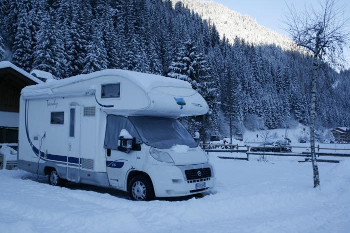 bambini in camper in inverno