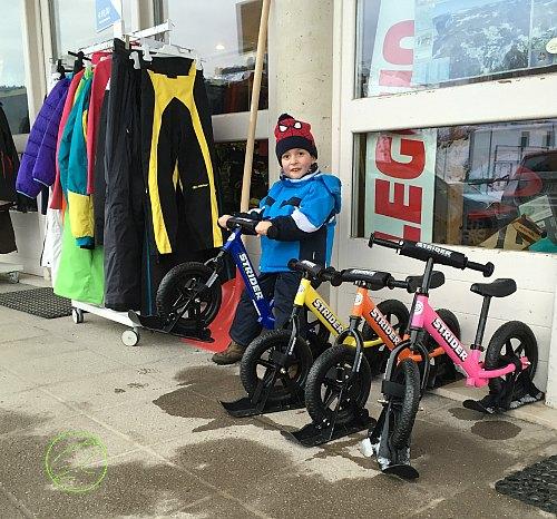 in-bici-sulla-neve-con-i-bambini