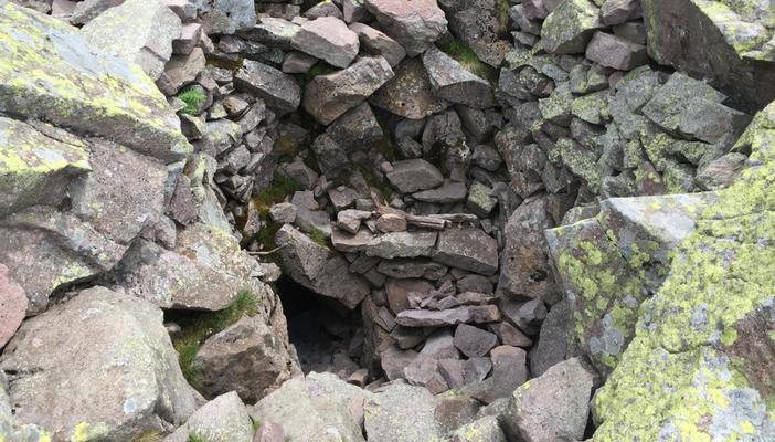 Un cunicolo ancora esistente al Passo Sadole ai piedi del Monte Cauriol